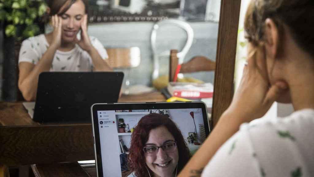 Paloma Vargas, periodista y coñoescritora, manteniendo una conversación con Erika a través de Skype.