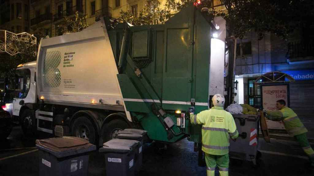 Un camión de recogida de basuras.