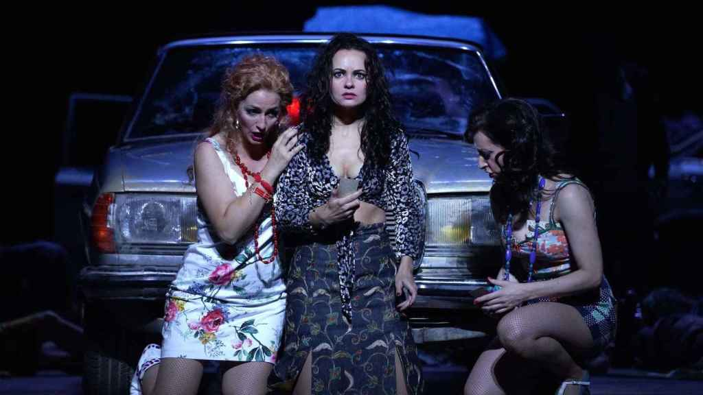 La mezzosoprano Anna Goryachova (Carmen), entre las sopranos Lidia Vinyes Curtis y Olivia Doray.