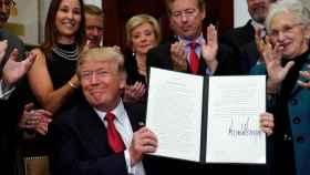 Trump durante la firma de la orden ejecutiva contra el Obamacare