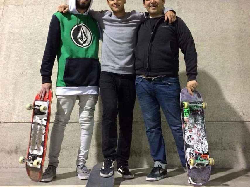 Ignacio, a la derecha, con sus amigos skaters de Londres.