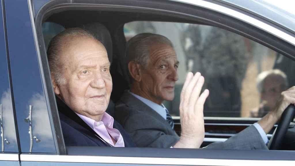 El rey emérito saliendo de la Clínica Quirón en octubre de 2013 junto a Valbuena
