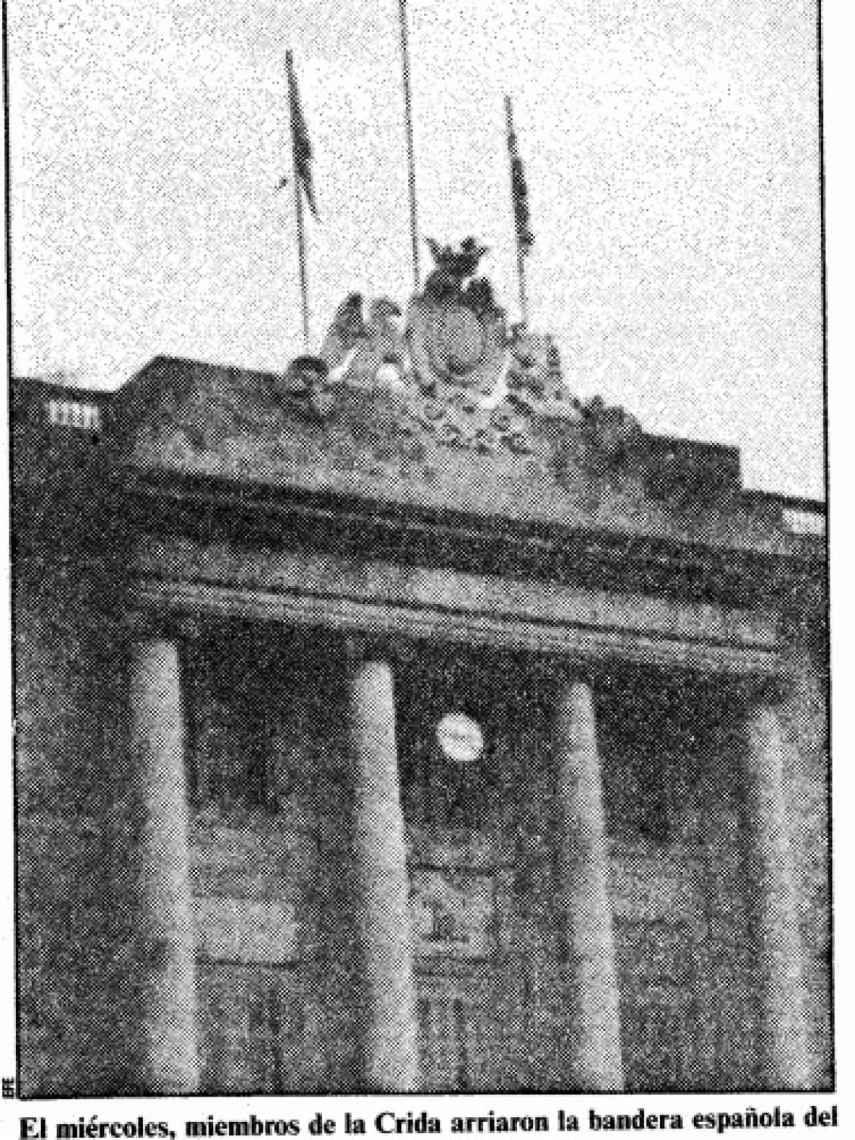 Miembros de La Crida, asociación dirigida por Jordi Sánchez, arrían la bandera de España del Ayuntamiento de Barcelona el miércoles 9 de septiembre de 1987