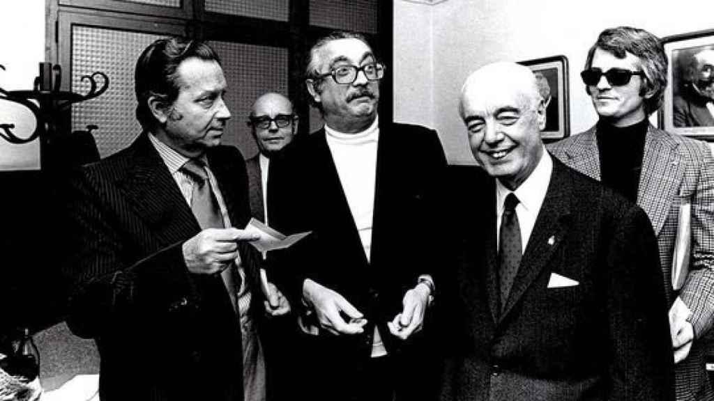 Cendrós, izquierda, entrega a Joan Fuster el talón por el Premi d'Honor de les Lletres.