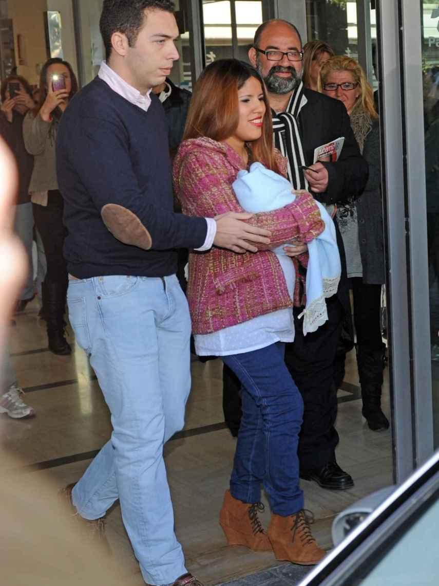 Alberto Isla y Chabelita, saliendo del hospital con su bebé.