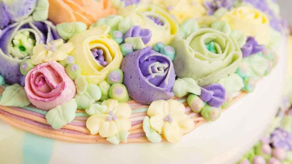 Closeup butter cream flowers decoration on cake