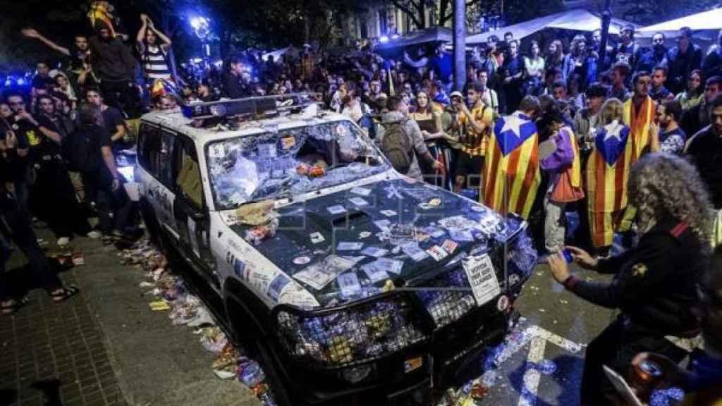 Destrozo de uno de los coches de la Guardia Civil por los concentrados.