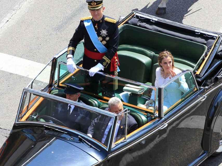Los Reyes el día de su proclamación junto al chófer Gómez Valbuena y al coronel Corona.