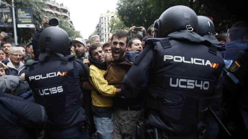 Dos policías mantienen un cordón policial en Barcelona el 1-O.