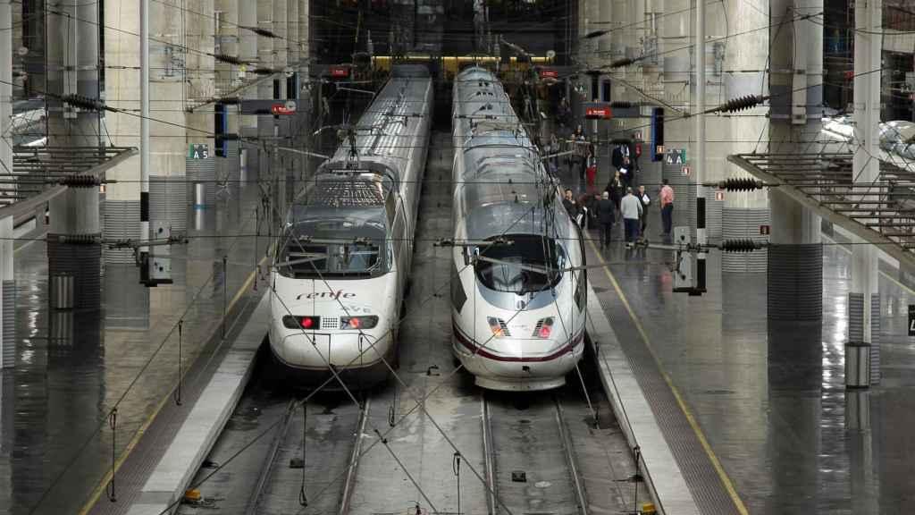 Dos AVE estacionados en la estación de Atocha, en Madrid.