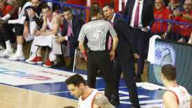 Pablo Prigioni protesta al árbitro justo antes de ser expulsado.