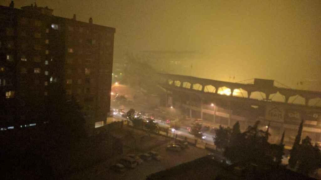 El estadio del Real Club Celta de Vigo, el municipal de Balaídos, rodeado de humo esta misma noche. Las llamas han alcanzado algunas zonas de la ciudad.