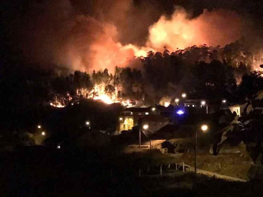 En la parroquia de Armenteira (Meis), el fuego ha devorado el bosque hasta llegar a las casas.