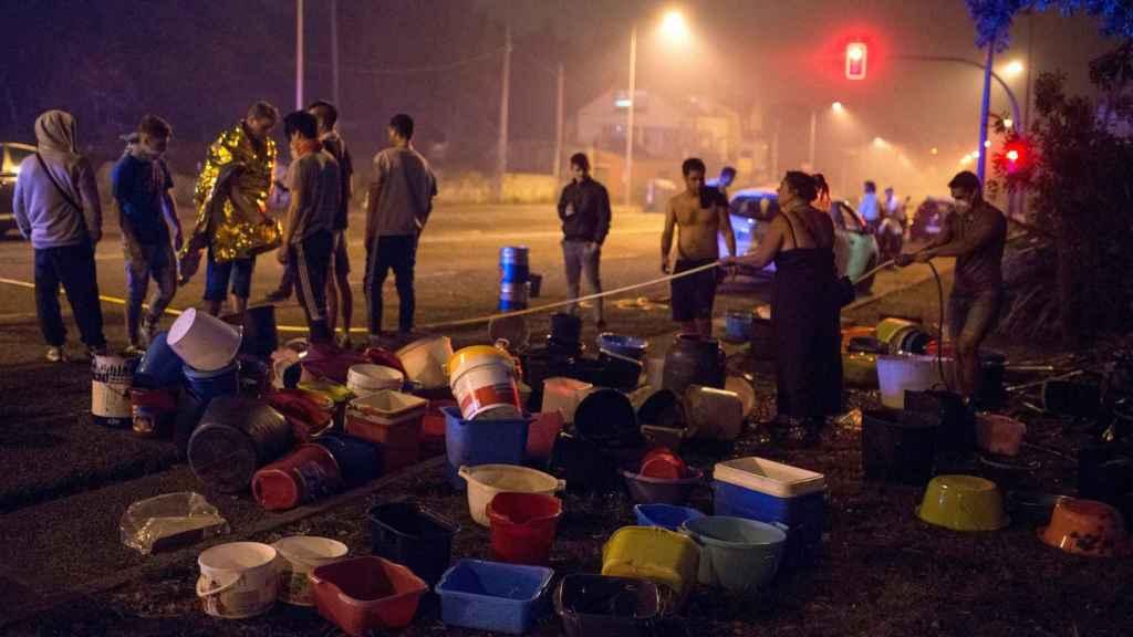 Vecinos de Vigo se organizan para apagar las llamas