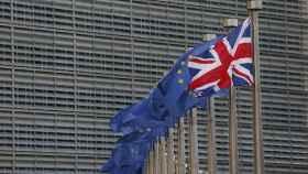 La bandera británica ondea junto a banderas europeas en la sede de la Comisión