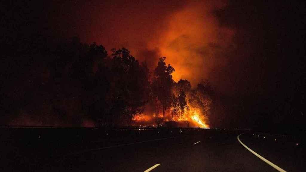 Uno de los fuegos en la noche de este lunes.