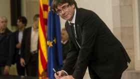 Carles Puigdemont tras la firma del documento sobre la Independencia