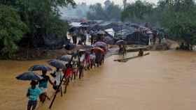 La gente cruza el río desde el campamento de refugiados rohingya en Cox's Bazar.