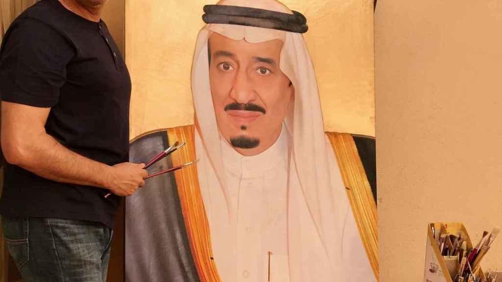 Marcos junto al retrato del rey de Arabia Saudí.
