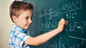 Un niño resuelve una difícil ecuación.