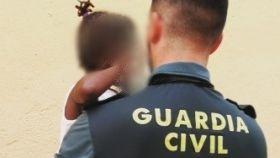 La Guardia Civil auxilia en Roquetas a una niña de tres años.