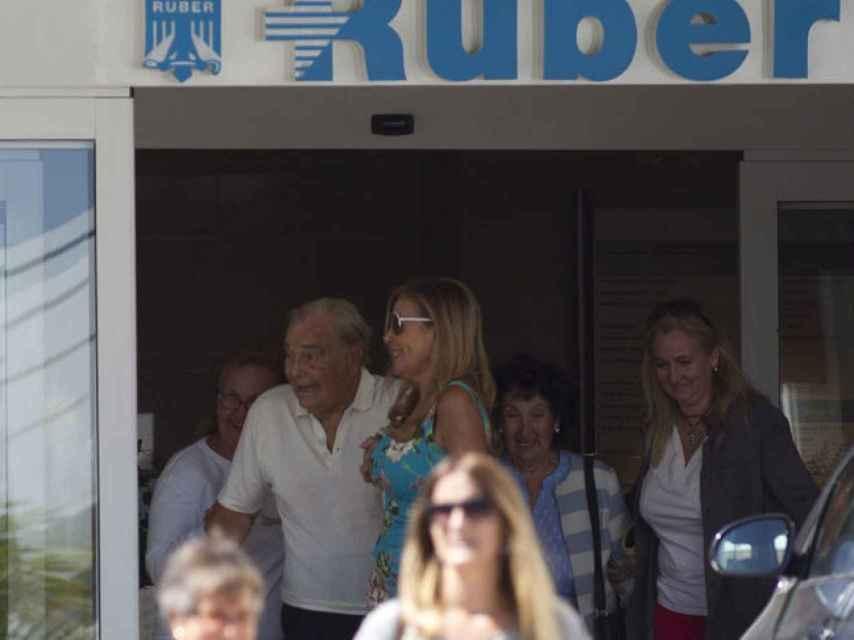 Ana y sus padres saliendo de la clínica Ruber.