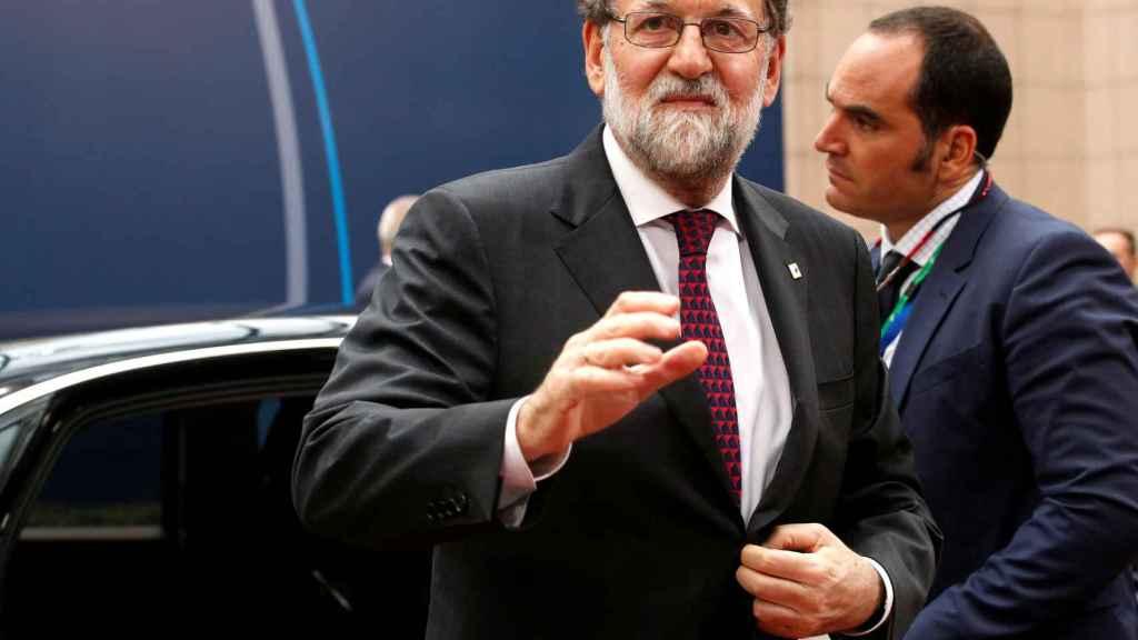 Rajoy saluda a la prensa al llegar al Consejo Europeo