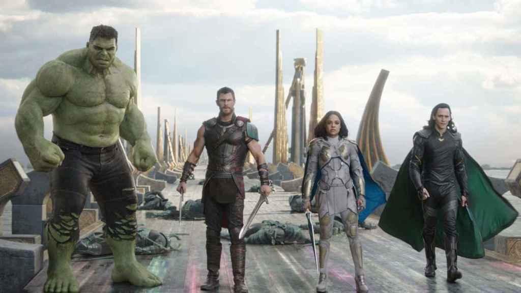Todos los superhéroes juntos contra Hela.