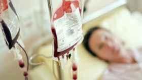 Una paciente recibiendo una transfusión de sangre.