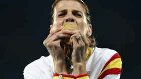 Ruth Beitia besa su medalla de oro.