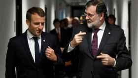 Mariano Rajoy conversa con el presidente de Francia Emmanuel Macron.