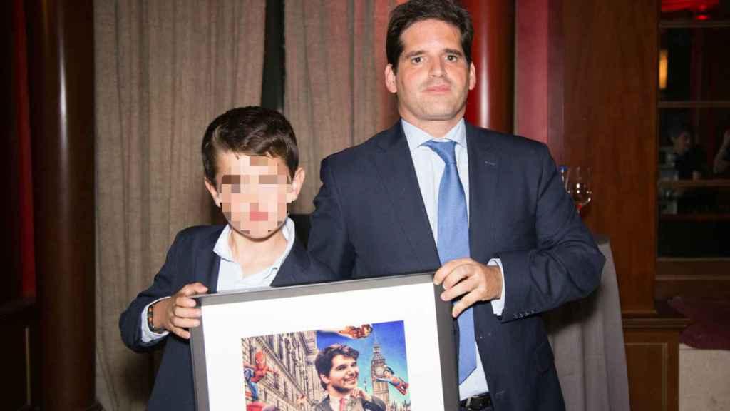 El hermano y el sobrino de Ignacio Echeverría sostienen su retrato.