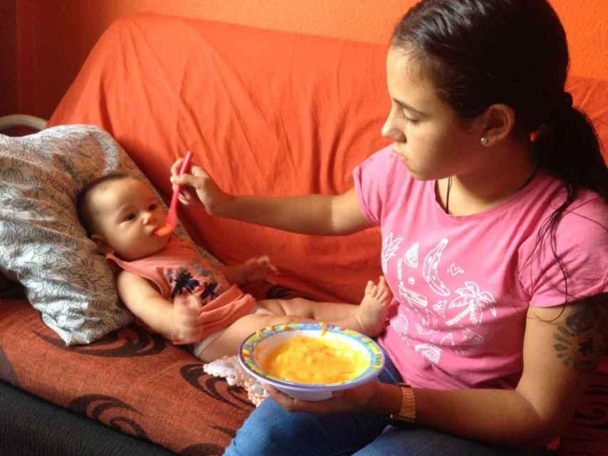 EL ESPAÑOL visita la casa de Kiara mientras la adolescente, de 17 años, da de comer a su bebé de seis meses.
