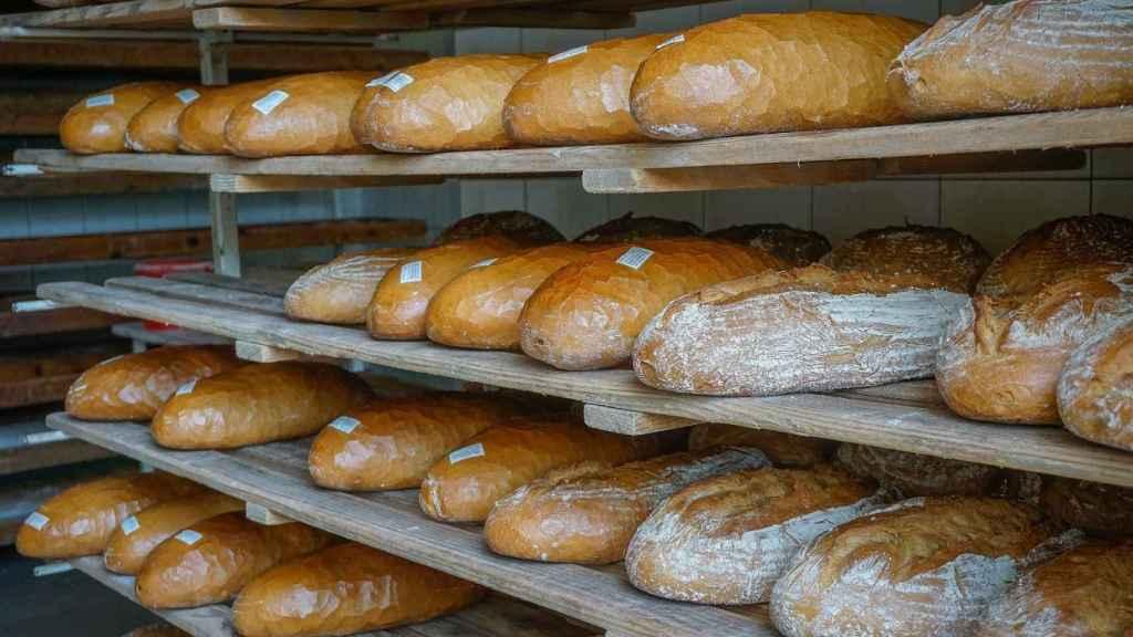 Barras de pan en el interior de un horno.