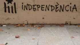 Un 'grafitti' anima a la independencia.