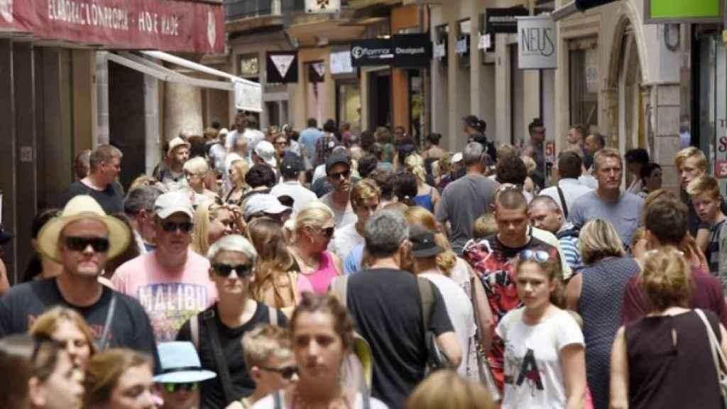 Turistas pasean por una calle céntrica de Palma (Mallorca).