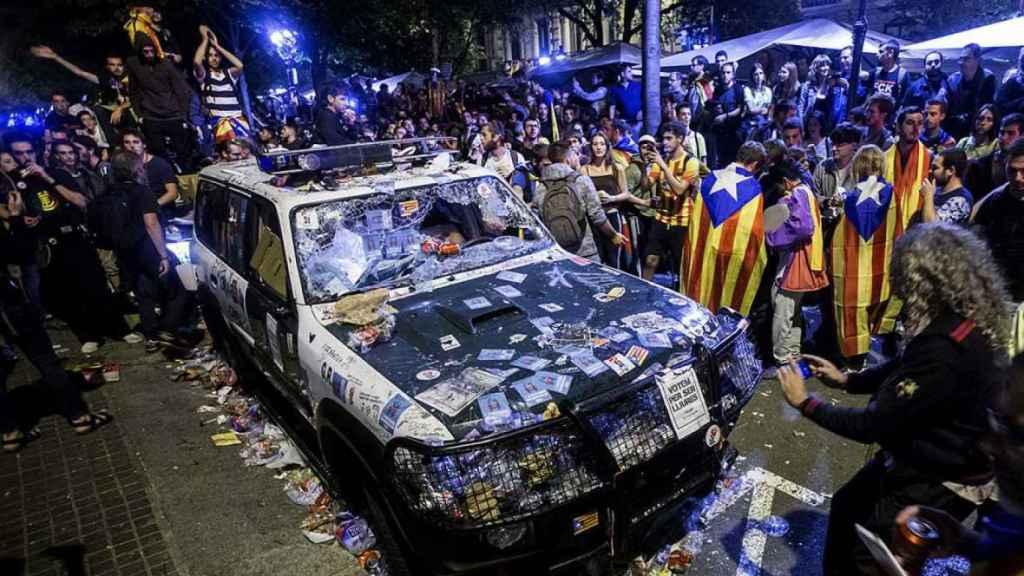 Los Mossos escoltan la salida de la Guardia Civil de la Consellería de Economía en Barcelona el pasado 20 de septiembre.