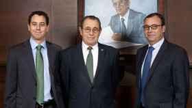 De izquierda a derecha, Víctor Grifols Deu, Víctor Grífols Roura y Ramon Grífols Roura