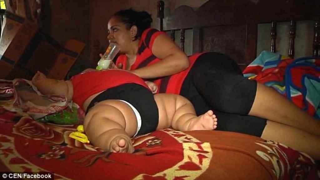 Luis Manuel tumbado en la cama junto a su madre.