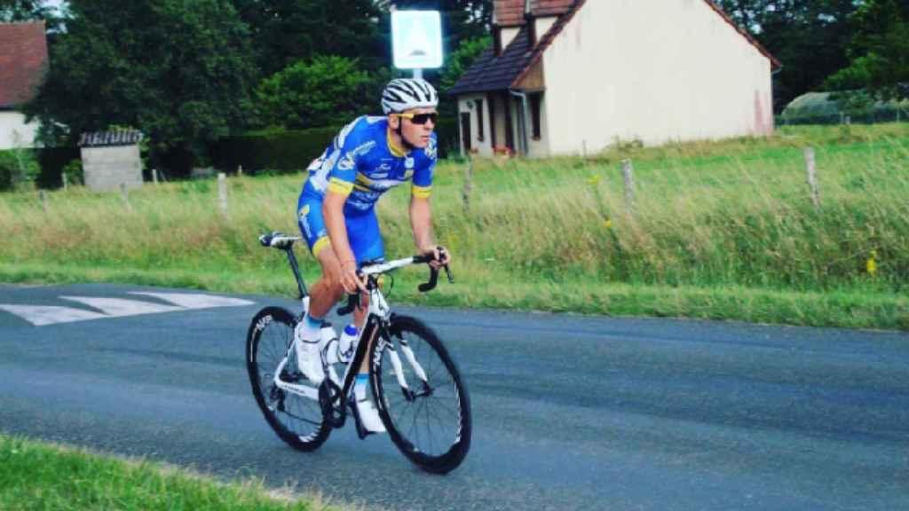 Mathieu Riebel sobre la bicicleta.