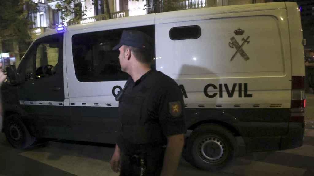 Un furgón de la Guardia Civil traslada a Jordi Sánchez y Jordi Cuixart a su salida de la Audiencia Nacional
