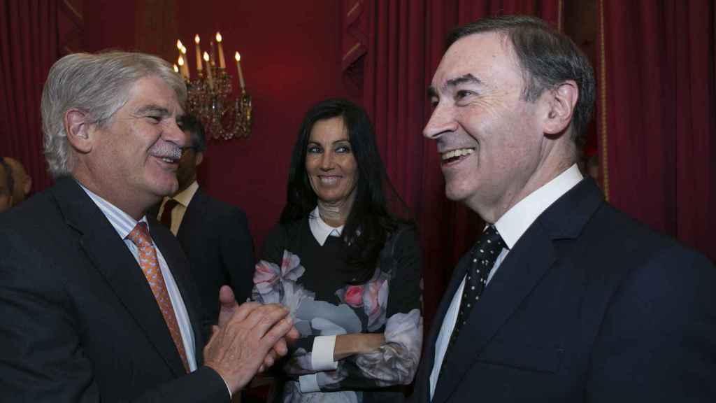 El ministro de Exteriores, Alfonso Dastis, conversa con Eva Fernández, consejera delegada de EL ESPAÑOL y con Pedro J. Ramírez, director y presidente de EL ESPAÑOL.
