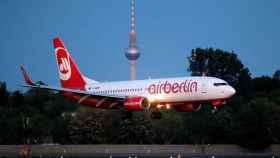 Un avión de Air Berlin aterrizando en el aeropuerto Tegel en la capital alemana.