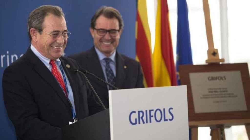 Víctor Grífols Roura, presidente de Grifols, escoltado en segundo plano por Artur Mas