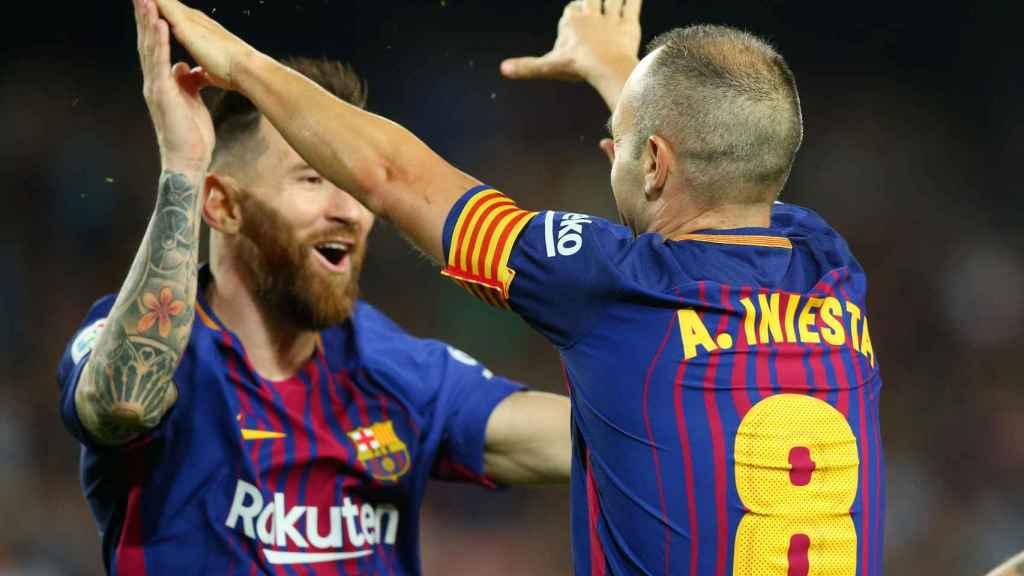 Iniesta celebra con Messi su gol en el Barcelona - Málaga.