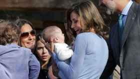 La reina Letizia con un bebé del público en brazos.