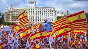 Banderas de España y Señeras en la manifestación del pasado 12 de octubre en Barcelona.