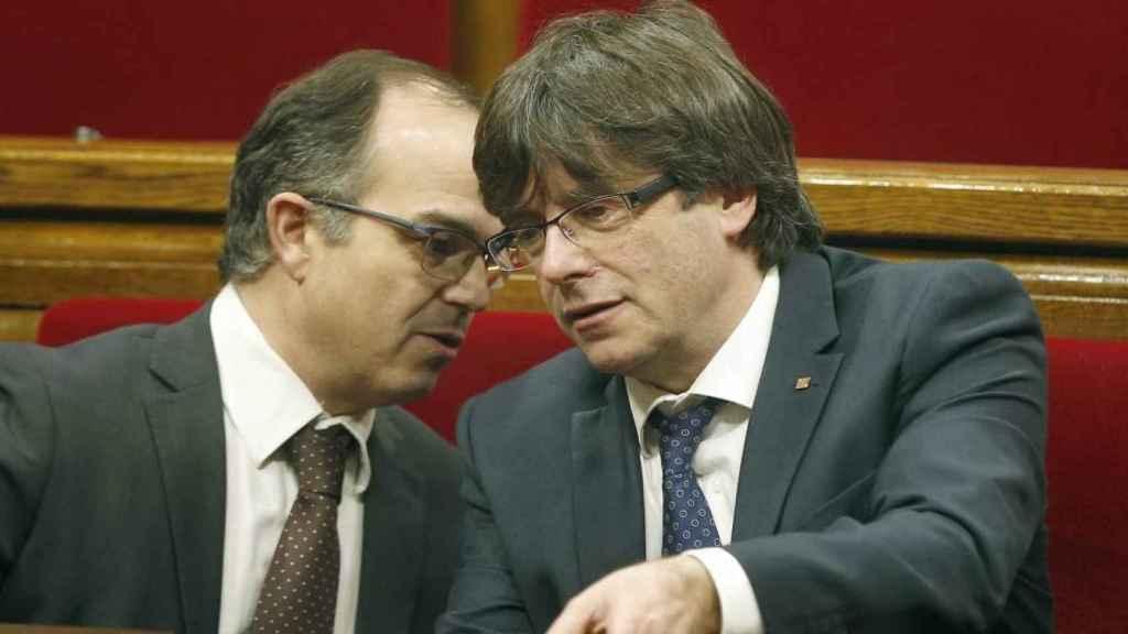 Turull conversa con Puigdemont en el Parlament