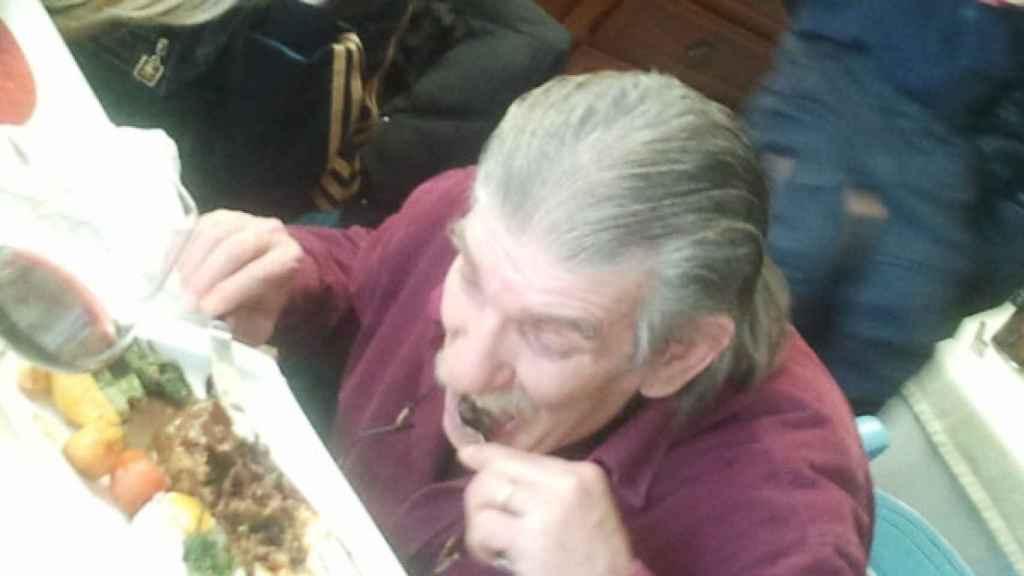 Miguel Montes, comiendo una ración de rabo de toro el día que salió de prisión.