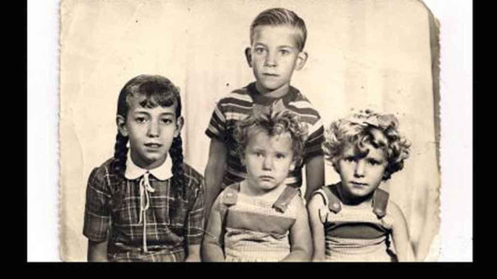 Miguel Montes, de niño, con sus hermanos.